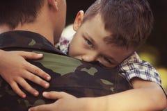 Garçon et soldat dans un uniforme militaire Photographie stock libre de droits