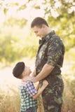Garçon et soldat dans un uniforme militaire Image stock