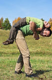 Garçon et son père jouant à l'extérieur Photo libre de droits