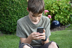 Garçon et téléphone portable Photographie stock libre de droits