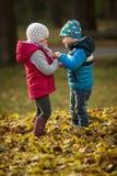 Garçon et une fille jouant en parc image libre de droits