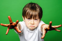 Garçon expressif montrant les mains colorées après dessin photographie stock libre de droits
