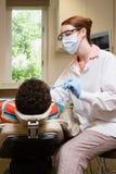 Garçon faisant examiner des dents photo libre de droits
