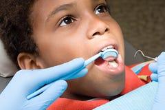 Garçon faisant examiner des dents image libre de droits