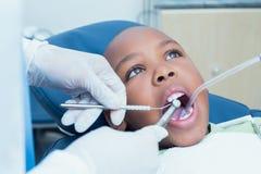 Garçon faisant examiner ses dents par le dentiste photo stock