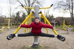 Garçon faisant le sport en parc Photos libres de droits