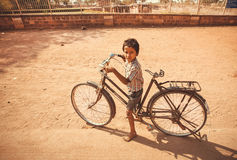 Garçon faisant un cycle sur la bicyclette extérieure au temps chaud Images libres de droits