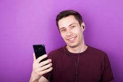 Garçon frais écoutant la musique sur le smartphone Photographie stock libre de droits