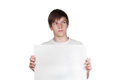 Garçon futé avec la feuille de papier d'isolement sur le blanc Photos stock