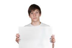 Garçon futé avec la feuille de papier d'isolement sur le blanc Image libre de droits