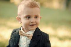 Garçon gai dans un costume Enfance heureux, jeunesse photos stock