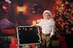 Garçon habillé en Noël de Père Noël photographie stock