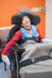 Garçon handicapé heureux et souriant dans le fauteuil roulant attendant dans le docteur de Photos libres de droits