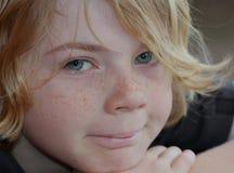 Garçon heureux avec des taches de rousseur Photographie stock