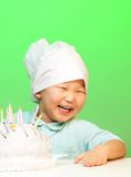 Garçon heureux avec juste le gâteau cuit Photographie stock libre de droits