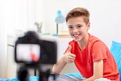 Garçon heureux avec la vidéo d'enregistrement d'appareil-photo à la maison Photo stock
