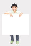 Garçon heureux avec le papier blanc vide Image libre de droits