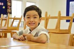 Garçon heureux d'étudiant dans le classrrom Photo stock