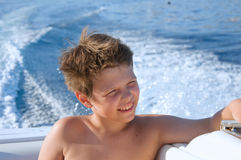 Garçon heureux d'enfant appréciant naviguant le voyage de yacht Vacances de famille sur l'océan ou la mer le jour ensoleillé Fill Image stock