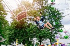 Garçon heureux d'enfant ayant l'amusement dans le parc d'attractions Images libres de droits