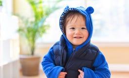 Garçon heureux d'enfant en bas âge empaqueté dans des vêtements d'hiver images libres de droits