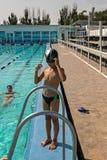 Garçon heureux d'image verticale dans la position de piscine photographie stock libre de droits