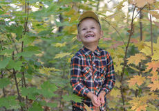 Garçon heureux dans la forêt d'automne Images libres de droits