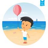 Garçon heureux de bande dessinée jouant avec le ballon sur la plage Images stock