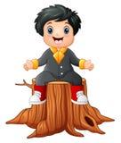 Garçon heureux de bande dessinée s'asseyant sur le tronçon d'arbre illustration libre de droits