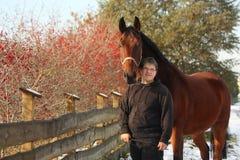 Garçon heureux dodu d'adolescent et portrait brun de cheval Images stock