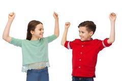 Garçon heureux et fille célébrant la victoire Image stock