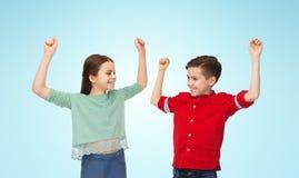 Garçon heureux et fille célébrant la victoire Photos stock