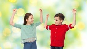 Garçon heureux et fille célébrant la victoire Image libre de droits