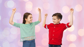 Garçon heureux et fille célébrant la victoire Images stock