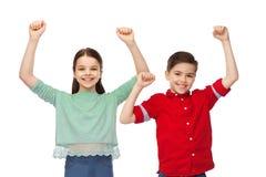 Garçon heureux et fille célébrant la victoire Images libres de droits