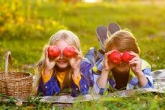Garçon heureux et fille de sourire se trouvant ensemble sur la couverture Photo libre de droits