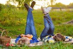 Garçon heureux et fille de sourire se trouvant ensemble sur la couverture Images stock