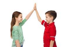 Garçon heureux et fille faisant la haute cinq Image libre de droits