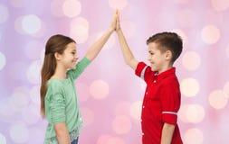 Garçon heureux et fille faisant la haute cinq Images stock