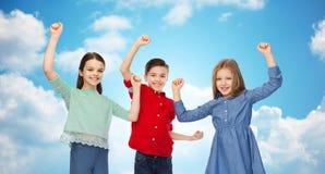 Garçon heureux et filles célébrant la victoire Photos libres de droits