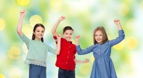 Garçon heureux et filles célébrant la victoire Photos stock