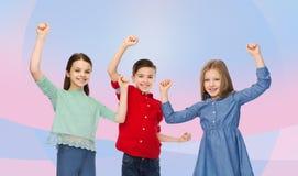 Garçon heureux et filles célébrant la victoire Photographie stock