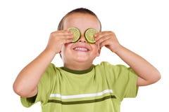 Garçon heureux jouant avec des parts de limette image stock