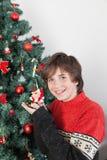 Garçon heureux près de l'arbre de Noël Image stock