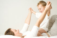Garçon heureux sur la mère Photographie stock libre de droits