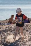 Garçon heureux sur la plage images stock