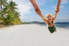 Garçon heureux sur le fond de plage de sable images stock
