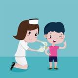 Garçon heureux tandis que les infirmières injectaient Image libre de droits