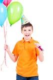 Garçon heureux tenant les ballons colorés Images libres de droits
