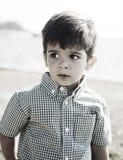 Garçon hispanique heureux avec l'expression curieuse Photo libre de droits